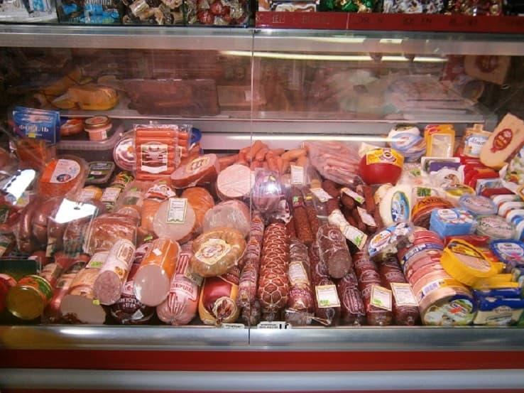 Холодильная витрина с продуктами