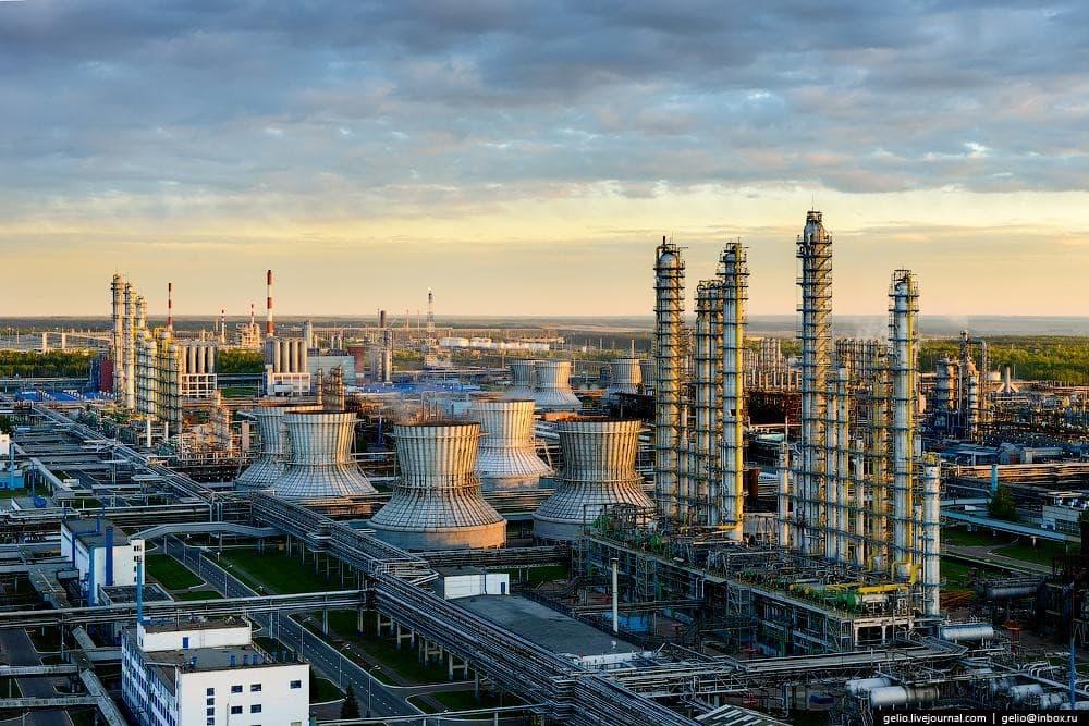 Рисунок 2. Завод «Нижнекамскнефтехим» в Татарстане. Источник: denisjuk.livejournal.com