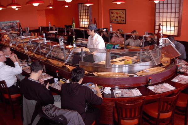 Суши-бар с круговой стойкой, обслуживание барменом