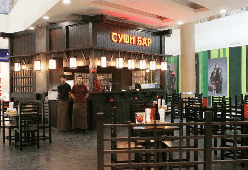 Суши-бар со столиками, обслуживание барменом и официантами