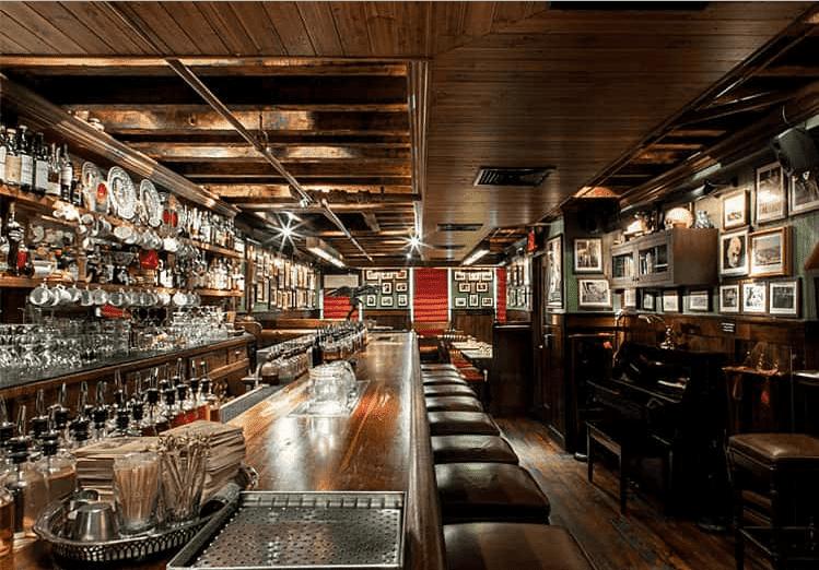 На фото внутренний интерьер бара Dead Rabbit Grocery&Grog, получившего статус «лучшего бара в мире».