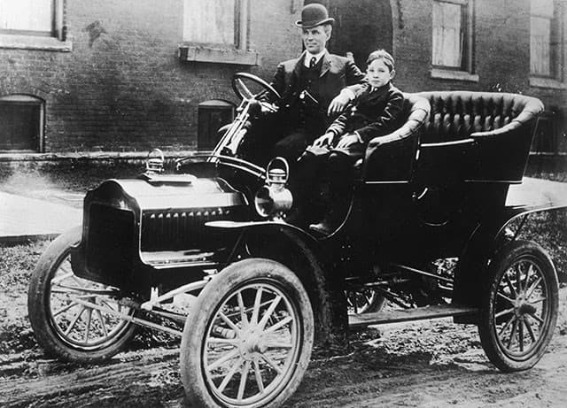 6. Генри со своим сыном Эдселем в Ford T, 1912 год.
