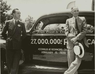 7. Генри Форд с сыном у 27-мимиллионного автомобиля, вышедшего с конвейера.