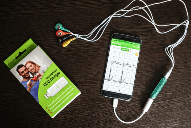 На фото: изобретение российского инженера – кардиофлешка ECG Dongle
