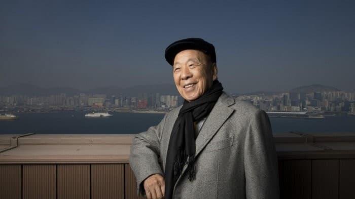 Фото 4. Луи Че Ву на фоне любимого и вдохновляющего его на работу Гонконга. Источник: cmates.blob.core.windows.net