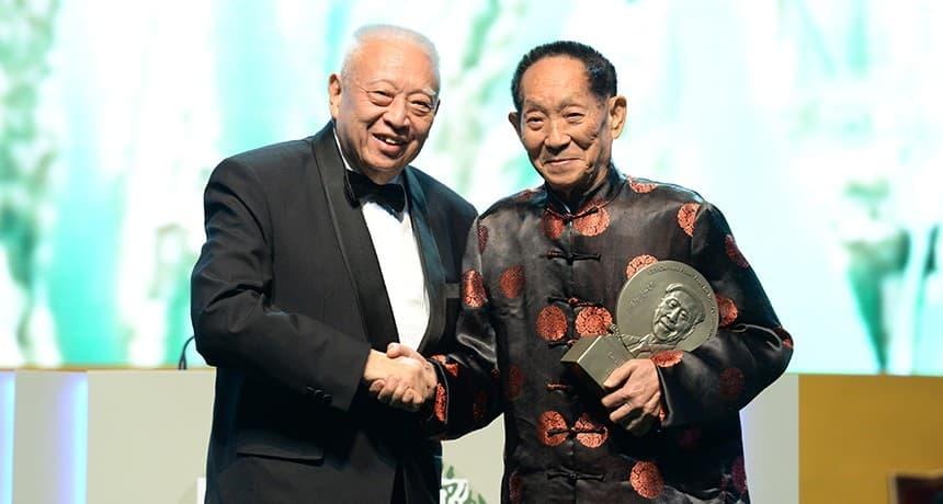 Фото 8. Вручение премии Lui Prize. Источник: kwah.com