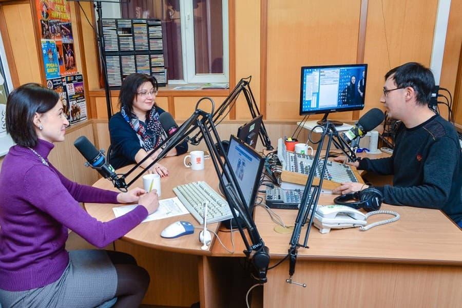 Фото 3. Елена – постоянный участник теле- и радиопередач. Источник: elenaloseva.com