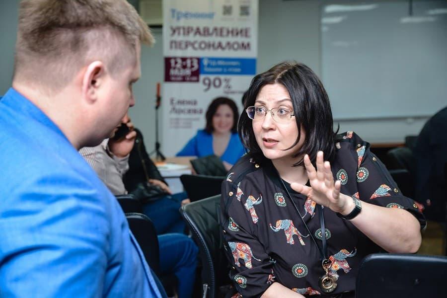 Фото 4. Рабочий момент бизнес-тренера. Источник: sun9-3.userapi.com