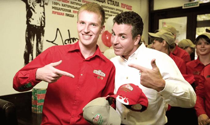 Рисунок 6. Джон Шнаттер с одним из сотрудников пиццерии на открытии ресторана в Москве