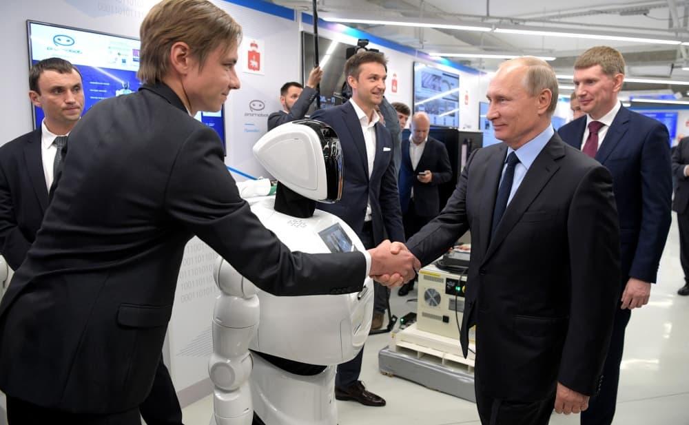 Рис. 3. Олег Кивокурцев и Владимир Путин на выставке